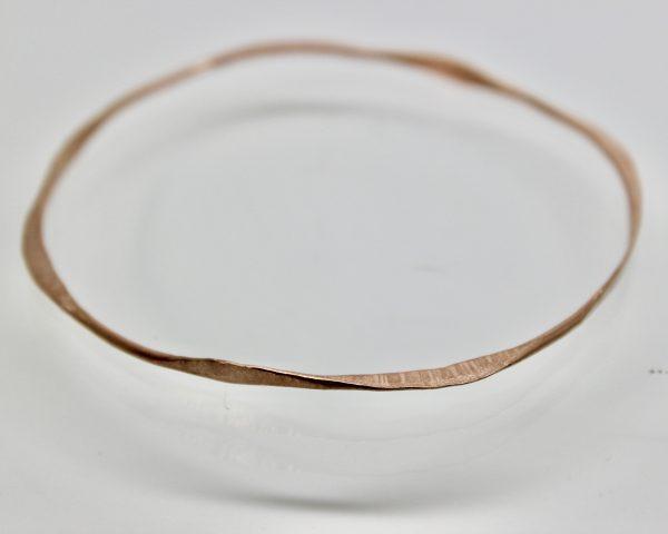 Questo bracciale è realizzato completamente a mano in argento 925. Fa parte di una serie composta da 4 elementi di colori diversi